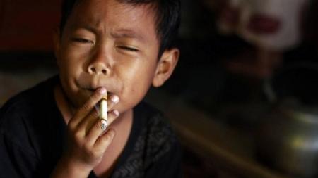 Tiene siete años y fuma, pero menos que cuando tenía tres.