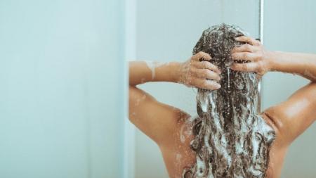 Una mujer lleva tres años sin lavarse el cabello con shampoo.