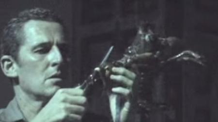 Argentino causa controversia en Francia con espectáculo que mata una langosta.