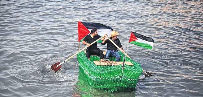 Jóvenes desempleados de Gaza construyen embarcación con botellas de plástico.