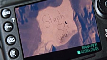 Chica escribe enorme mensaje para que su padre lo vea desde el espacio.