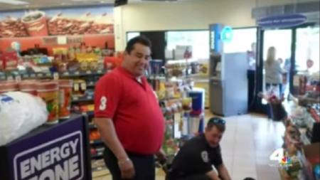 Un turista mexicano evita un robo con una llave de lucha libre en California.