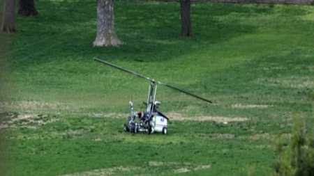 Hombre protesta contra corrupción política aterrizando mini helicóptero en Capitolio.