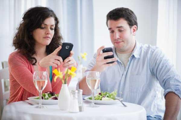 ¿Sufres de 'phubbing'? El 87% de los jóvenes lo tienen y sus relaciones sociales peligran.