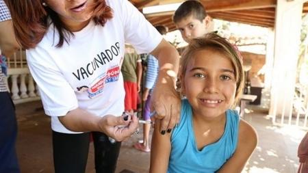 Estudio descarta vínculo entre vacuna contra sarampión y autismo.