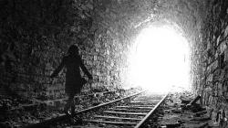 ¿Sabes a qué se debe la luz al final del túnel luego de la muerte?