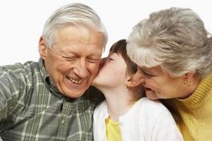 abuelos-con-su-nieta
