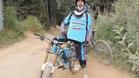 Él tiene dos prótesis en vez de piernas y aun así puede volar por los aires en su bicicleta.