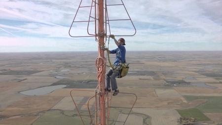 Hombre cambia bombilla de antena a 500 metros de altura.
