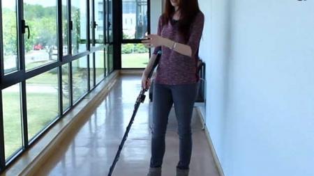 Un bastón inteligente para guiar a personas ciegas.