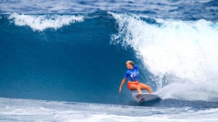 Mujer con nueve meses de embarazo sigue surfeando.