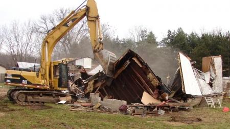 Derriba la casa de su suegro con una excavadora tras una discusión familiar.