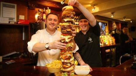 ¡La hamburguesa más alta de Gran Bretaña!