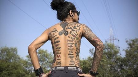 Se tatúa con logos de sus marcas favoritas.