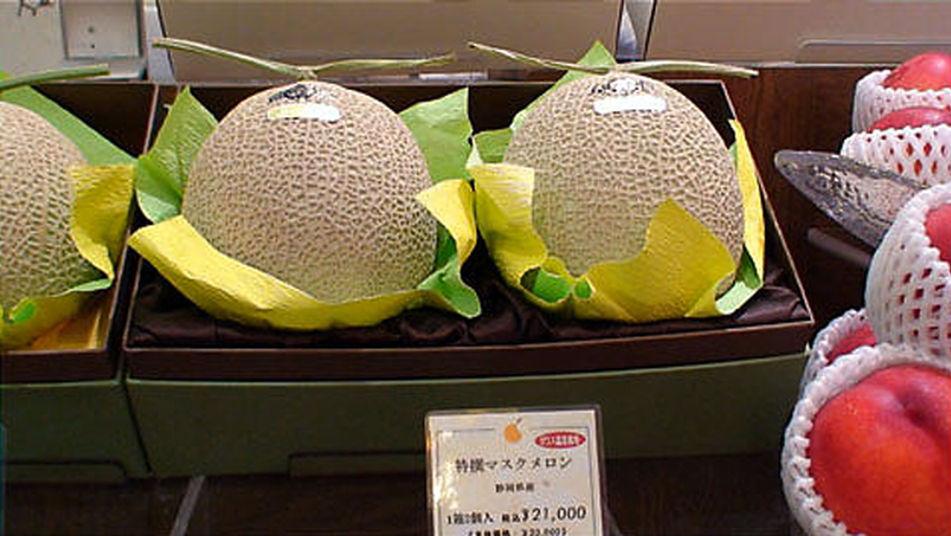 Subastan en Japón dos melones por más de 12.000 dólares.