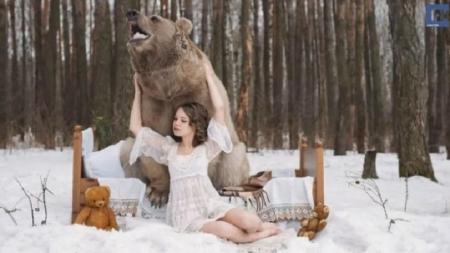 Modelo posa con un oso para evitar su caza.