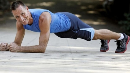 """Récord Mundial: Pasa más de cuatro horas haciendo """"el plank"""""""