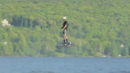 Canadiense establece Récord Guinness de mayor distancia recorrida en una aerotabla.
