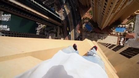 Salta de un lado a otro sobre el piso 43 de un hotel en Dubai sin protección.