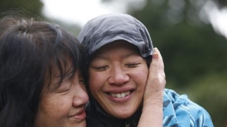 Mujer neozelandesa sobrevive bebiendo su leche materna después de perderse.