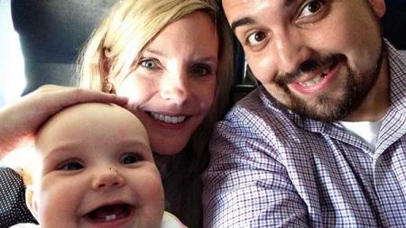 Un tipo cuyo miserable álbum de fotos se convirtió en fenómeno viral, vuelve con su familia