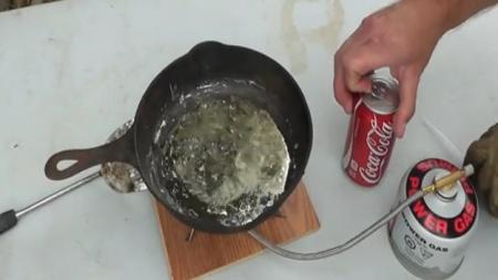 ¿Qué pasa si se fríe Coca-Cola en plomo fundido?