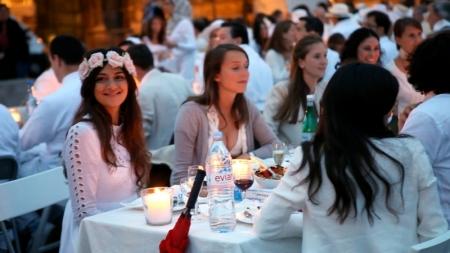 Miles de personas vestidas de blanco organizan un 'picnic chic' en París.