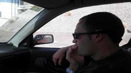Multan a hombre por comerse las uñas mientras conducía en Salamanca, en España.
