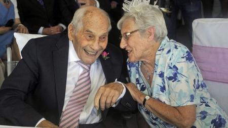 Un hombre de 103 años y una mujer de 91 se casan en Inglaterra.