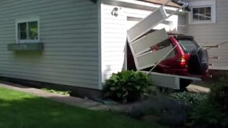 Hombre de 91 años cumple su sueño: estrellar un coche contra un garaje.