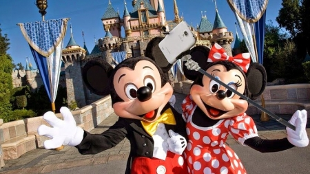 """Disney prohíbe los palos de """"selfie"""" en todos sus parques."""