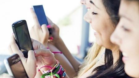 42% de los mexicanos no puede salir sin dispositivos móviles.