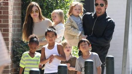 Angelina, Brad y sus hijos viajan en clase turista.