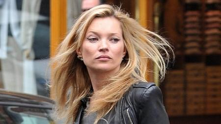 La policía británica baja a Kate Moss de un avión.
