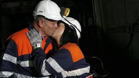 Un minero asturiano le pide matrimonio a su novia a 600 metros de profundidad.