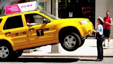 Mujer policía intimida a un taxista levantando su auto.