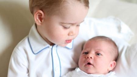 Divulgan nuevas fotos del príncipe George y su hermana Charlotte.