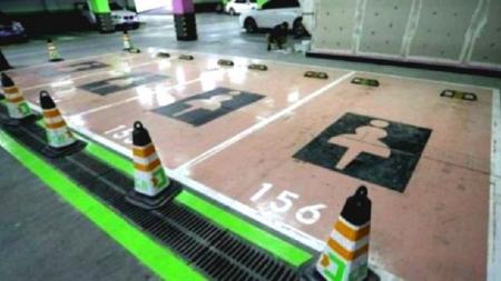 Un shopping crea estacionamientos especiales para mujeres.