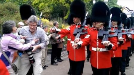 """Turista fue """"atropellado"""" por guardia de la reina en Londres."""