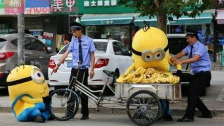 MINIONS DETENIDOS EN CHINA POR VENDER PLATANOS