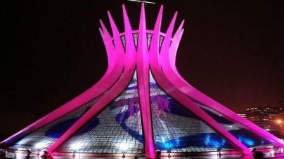 MONUMENTOS SE ILUMINAN DE ROSA CONTRA EL CÁNCER DE MAMA