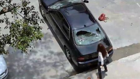 DESTRUYE AUTO DE SU ESPOSO POR ATAQUE DE CELOS