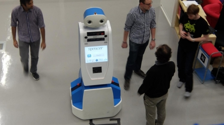 SPENCER: AMABLE ROBOT DEL AEROPUERTO DE AMSTERDAM
