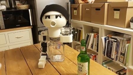 ROBOT COMPARTE UNA COMPA CON BEBEDORES SOLITARIOS