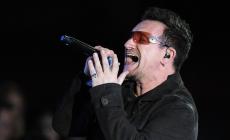 BONO, VOCALISTA DE U2, SE LLEVA TREMENDO GOLPAZO TRAS CAÍDA EN CONCIERTO