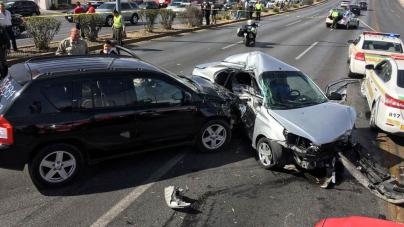 MUJER DESTROZA UN AUTO TRAS ARRANQUE DE FURIA