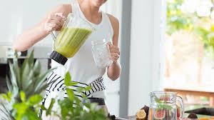 Beber jugo verde en la mañana, el mejor secreto de belleza
