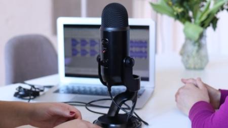 ¿Quieres ganar dinero con un podcast? Estos son los 5 pasos esenciales para empezar