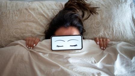 Mujeres que duermen menos de 7 horas suben más rápido de peso